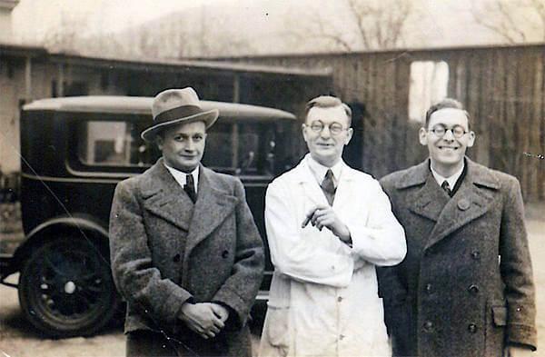 Pharmazeut Richard Weber senior (links) und Mitarbeiter